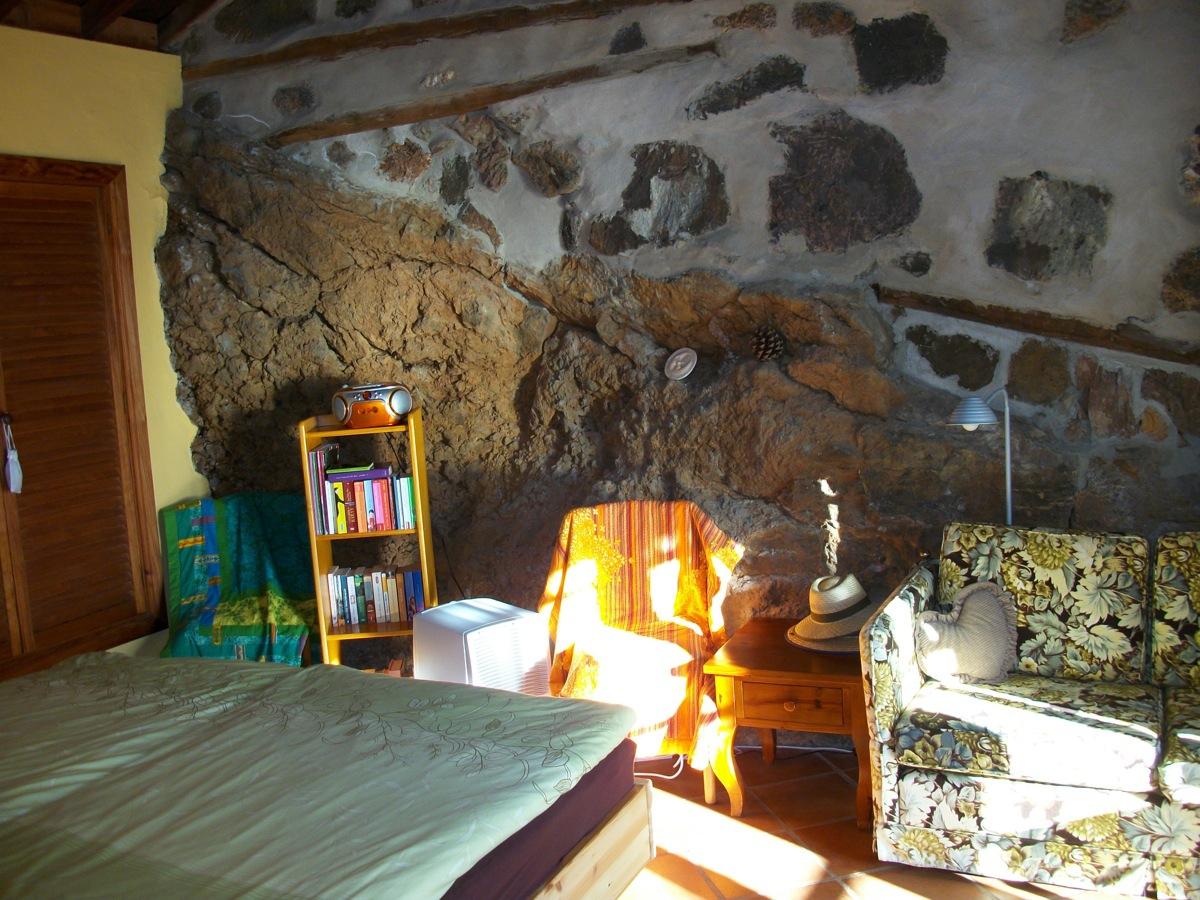 Felswand im Schlafzimmer - wohnen wie die Guanchen