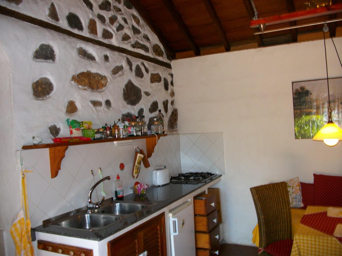 Küchenzeile mit Natursteinwand