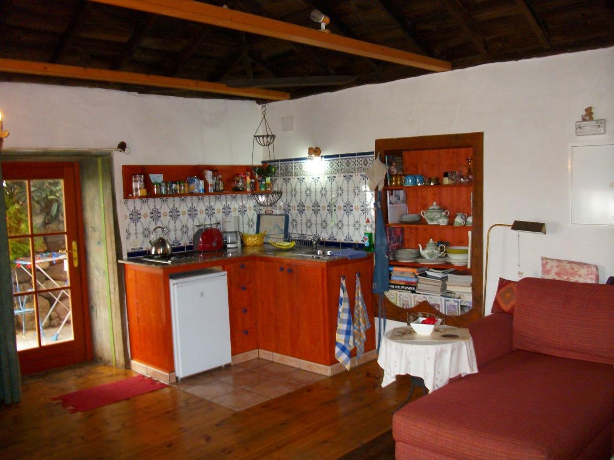 Küchenzeile im Wohnraum mit antikem Regal